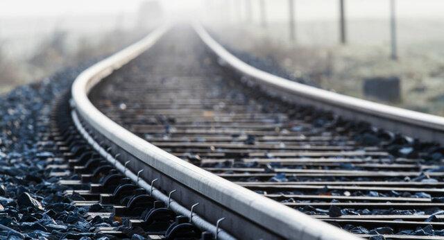 کاربرد اصلی ریل در صنایع راه آهن است و برای ساخت ریل آهن استفاده می شود جنس ریل های از فولاد CK45 و CK55  می باشد