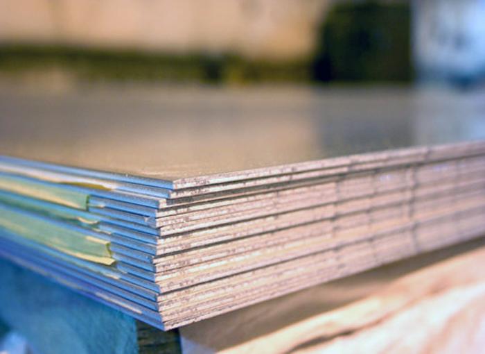 ورق های نسوز یکی از محصولات مصرفی در پروژهای ساختمانی یا صنعت ماشین سازی یا هر نوع صنعتی که نیاز به مقاومت در برابر گرما  دارد مورد استفاده قرار میگیرد در این مقاله نگاهی به ورق های نسوز , نحوه تولید آن و گرید های رایج در بازار  خواهیم داشت .