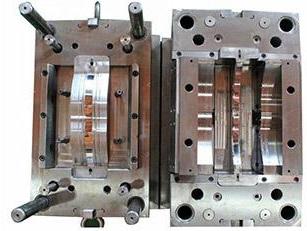 فولاد قالب پلاستیک را در اندازه های مختلف با کیفیت سطح آینه ای و قابلیت براده برداری مناسب برای ساخت قالب های پلاستیک مورد استفاده قرار می دهند. در ساخت کلیه ابزارهایی که جهت فرآیند تولید پلاستیک مصنوعی به کار می روند از فولاد ۱٫۲۳۱۲ بهره می برند.