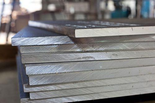 فولاد A36 ASTM یک فولاد کم کربن است که دارای توانایی خوبی در ترکیب و شکل پذیری است. فولاد A36 دارای تراکم ۷۸۰۰ کیلوگرم در هر متر مکعب است.