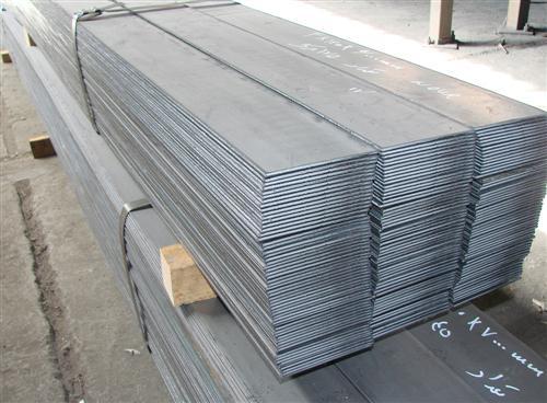 تسمه ها از ورقهایی تولید میشوند که خام آنها با عرض و طول بیشتری به شکل رول وارد بازار میشوند   ما تسمه های فولادی را میتوانیم  به دو دسته تقسیم میکنیم  تسمه استنلس استیل  حاوی مقدار ماکزیموم 12 درصد کروم و تسمه های فولادی