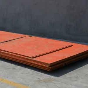 ورق کورتن از انواع ورق فولادی است که حاوی مقادیر کمی از کروم ، نیکل و مس است. در طی فرآیند هوازدگی ، ظاهر کورتن تغییر می کند تا اینکه در نهایت سطح به یک رنگ نارنجی ، یا قهوه ای ، اکسید شود. درنهایت شبیه به زنگ زدگی میشود که بی نظیر و خاص است. برای ایجاد این لایه محافظ، ورق کورتن نیاز به چرخه خشک و مرطوب دارد. اگر فولاد کورتن در آب غوطهور شود یا در مناطق مرطوب دفن شود، لایه محافظ زنگزدگی تشکیل نمی شود. در صورت استفاده از کورتن در منطقه نزدیک اقیانوس، ممکن است لایه محافظ بموقع شکل نگیرد تا از فولاد زیرین محافظت شود. ممکن است فکر کنید که این زنگ زدگی نکته ای منفی برای این فولاد است. اما جالب است بدانید در مورد کورتن ، این روکش اکسیده شده قهوه ای تیره از فلز محافظت می کند. این لایه زنگ زده مانع از نفوذ بیشتر زنگ زدگی میشود.
