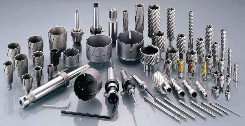 این استاندارد از فولاد تندبر که تنگستن و وانادیوم بیشتری را در آلیاژ خود جای داده، دارای سختی و برندگی بیشتری در مقایسه با سایر استاندارد ها در گروه فولادهای تندبر است.